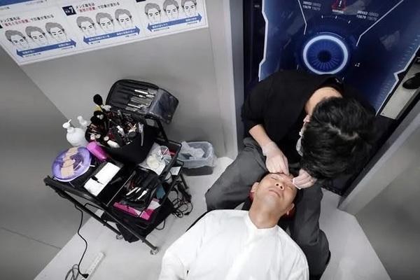 Nhiều nam doanh nhân Nhật Bản đi làm đẹp trước giờ họp trực tuyến - Ảnh 1.