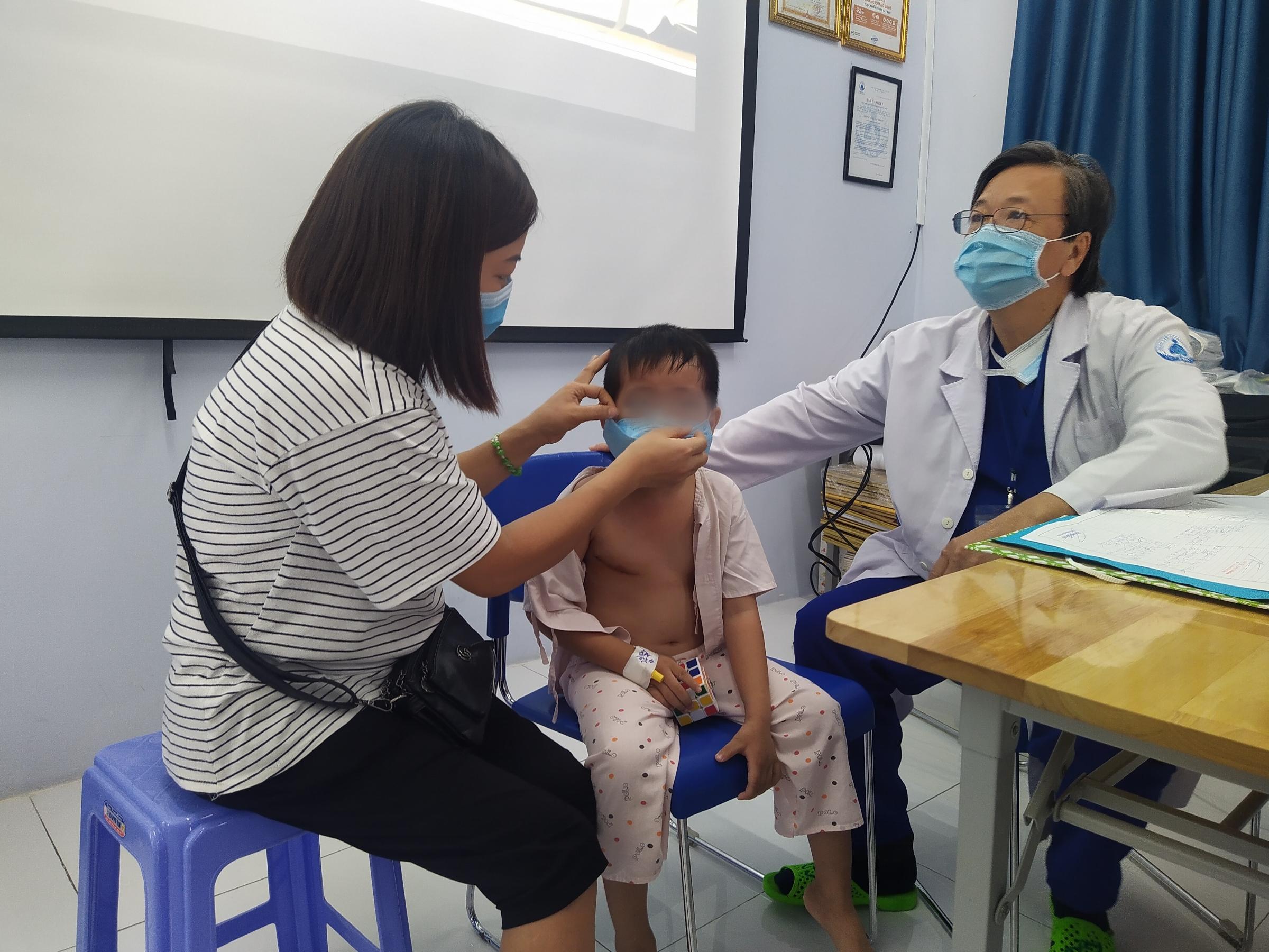 Mở lồng ngực cứu bé trai bị móc dây kéo lọt vào vị trí nhạy cảm - Ảnh 1.