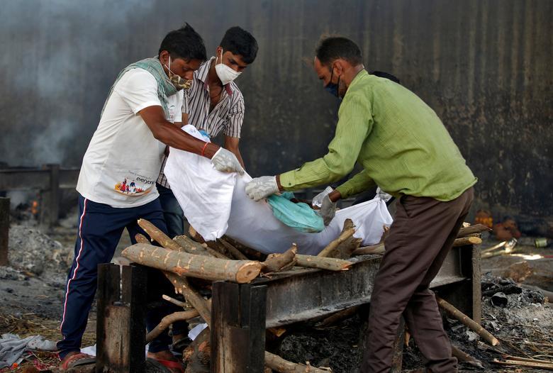 Hình ảnh nhói lòng trong những lò hoả táng bệnh nhân Covid-19 không ngừng rực lửa ở Ấn Độ, số bệnh nhân tăng cao kỷ lục,  - Ảnh 10.