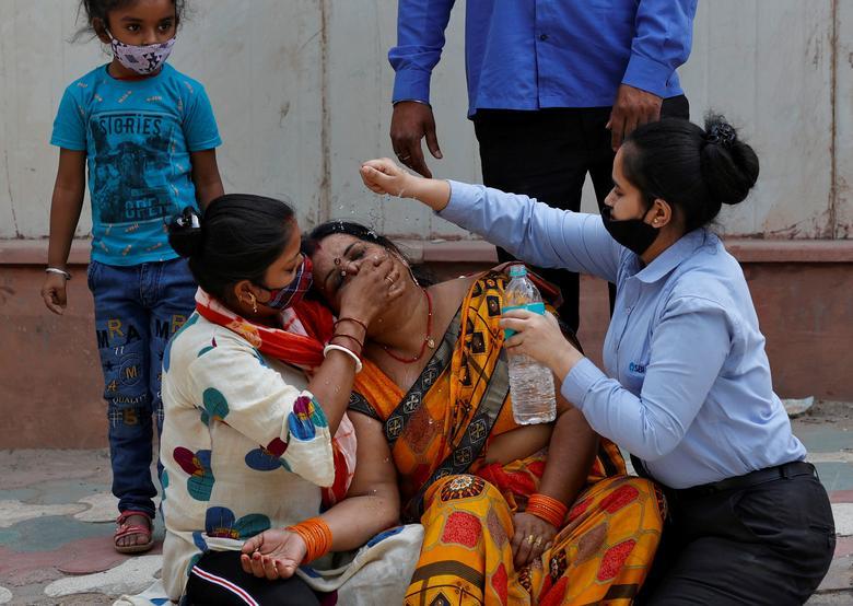 Hình ảnh nhói lòng trong những lò hoả táng bệnh nhân Covid-19 không ngừng rực lửa ở Ấn Độ, số bệnh nhân tăng cao kỷ lục,  - Ảnh 11.