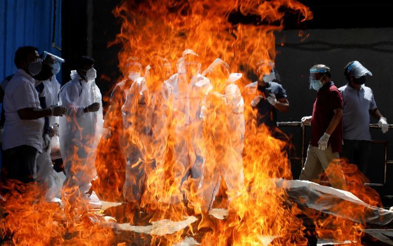 Hình ảnh nhói lòng trong những lò hoả táng bệnh nhân Covid-19 không ngừng rực lửa ở Ấn Độ, số bệnh nhân tăng cao kỷ lục,  - Ảnh 12.