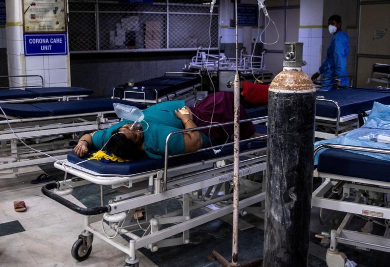 Hình ảnh nhói lòng trong những lò hoả táng bệnh nhân Covid-19 không ngừng rực lửa ở Ấn Độ, số bệnh nhân tăng cao kỷ lục,  - Ảnh 13.