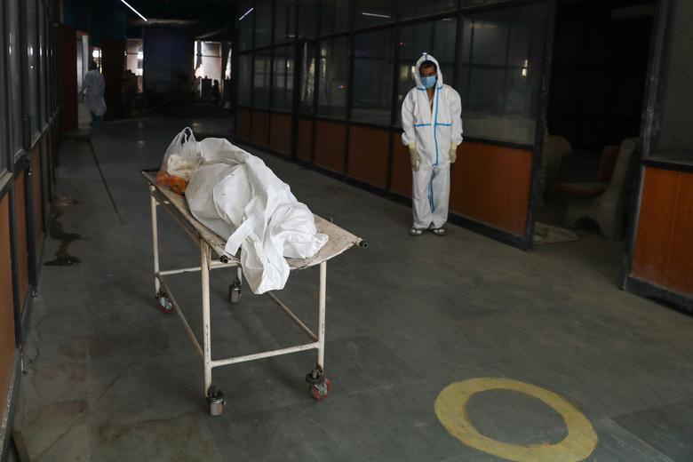 Hình ảnh nhói lòng trong những lò hoả táng bệnh nhân Covid-19 không ngừng rực lửa ở Ấn Độ, số bệnh nhân tăng cao kỷ lục,  - Ảnh 14.