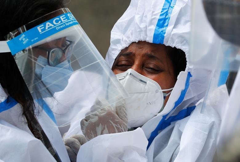 Hình ảnh nhói lòng trong những lò hoả táng bệnh nhân Covid-19 không ngừng rực lửa ở Ấn Độ, số bệnh nhân tăng cao kỷ lục,  - Ảnh 15.