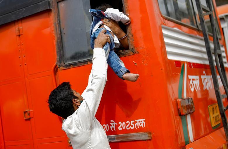 Hình ảnh nhói lòng trong những lò hoả táng bệnh nhân Covid-19 không ngừng rực lửa ở Ấn Độ, số bệnh nhân tăng cao kỷ lục,  - Ảnh 16.