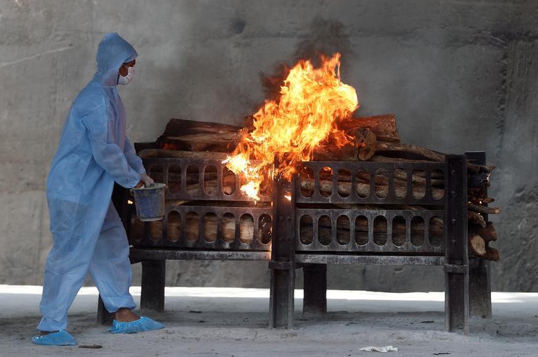 Hình ảnh nhói lòng trong những lò hoả táng bệnh nhân Covid-19 không ngừng rực lửa ở Ấn Độ, số bệnh nhân tăng cao kỷ lục,  - Ảnh 18.