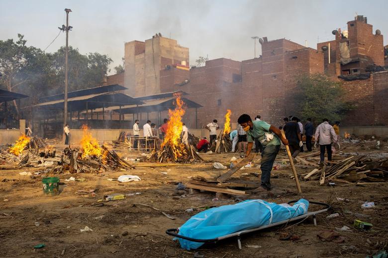 Hình ảnh nhói lòng trong những lò hoả táng bệnh nhân Covid-19 không ngừng rực lửa ở Ấn Độ, số bệnh nhân tăng cao kỷ lục,  - Ảnh 2.