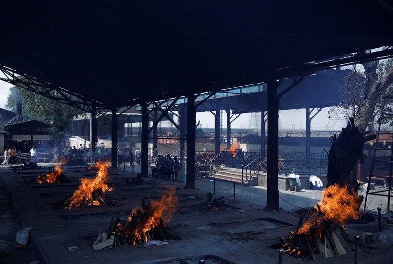 Hình ảnh nhói lòng trong những lò hoả táng bệnh nhân Covid-19 không ngừng rực lửa ở Ấn Độ, số bệnh nhân tăng cao kỷ lục,  - Ảnh 22.
