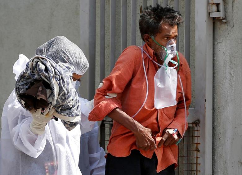 Hình ảnh nhói lòng trong những lò hoả táng bệnh nhân Covid-19 không ngừng rực lửa ở Ấn Độ, số bệnh nhân tăng cao kỷ lục,  - Ảnh 23.
