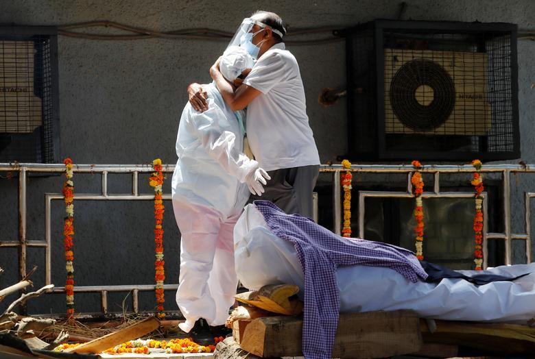 Hình ảnh nhói lòng trong những lò hoả táng bệnh nhân Covid-19 không ngừng rực lửa ở Ấn Độ, số bệnh nhân tăng cao kỷ lục,  - Ảnh 24.