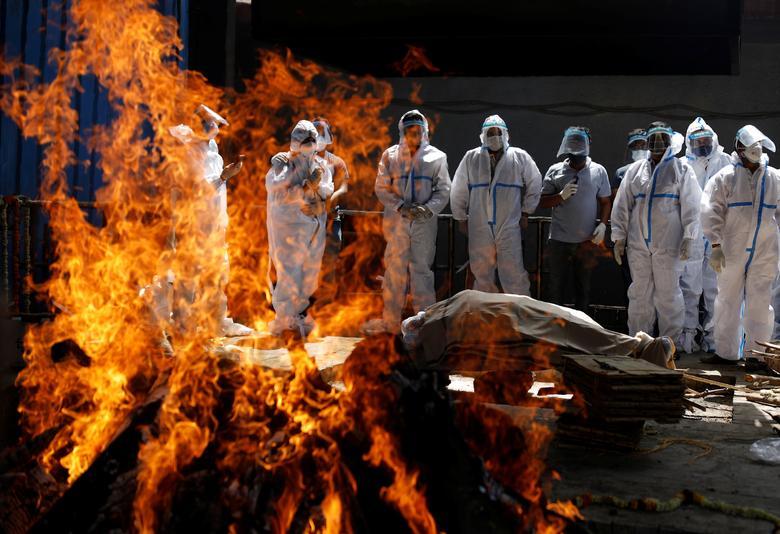 Hình ảnh nhói lòng trong những lò hoả táng bệnh nhân Covid-19 không ngừng rực lửa ở Ấn Độ, số bệnh nhân tăng cao kỷ lục,  - Ảnh 27.