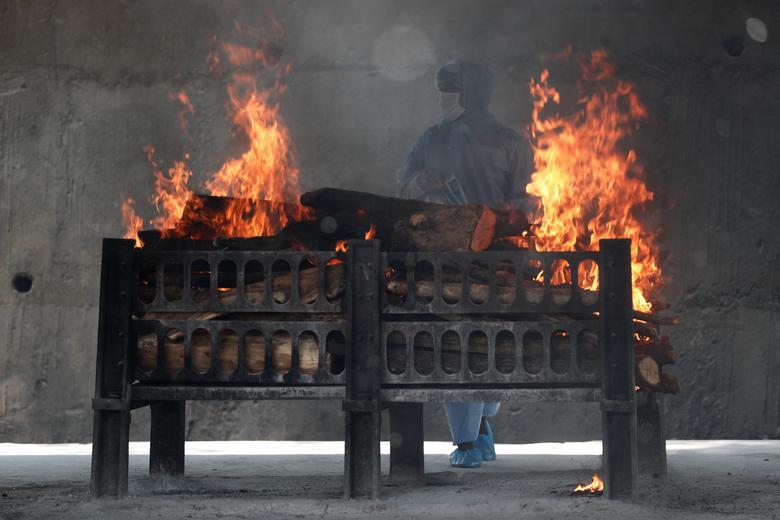 Hình ảnh nhói lòng trong những lò hoả táng bệnh nhân Covid-19 không ngừng rực lửa ở Ấn Độ, số bệnh nhân tăng cao kỷ lục,  - Ảnh 28.