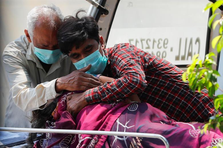 Hình ảnh nhói lòng trong những lò hoả táng bệnh nhân Covid-19 không ngừng rực lửa ở Ấn Độ, số bệnh nhân tăng cao kỷ lục,  - Ảnh 4.