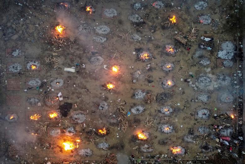 Hình ảnh nhói lòng trong những lò hoả táng bệnh nhân Covid-19 không ngừng rực lửa ở Ấn Độ, số bệnh nhân tăng cao kỷ lục,  - Ảnh 6.