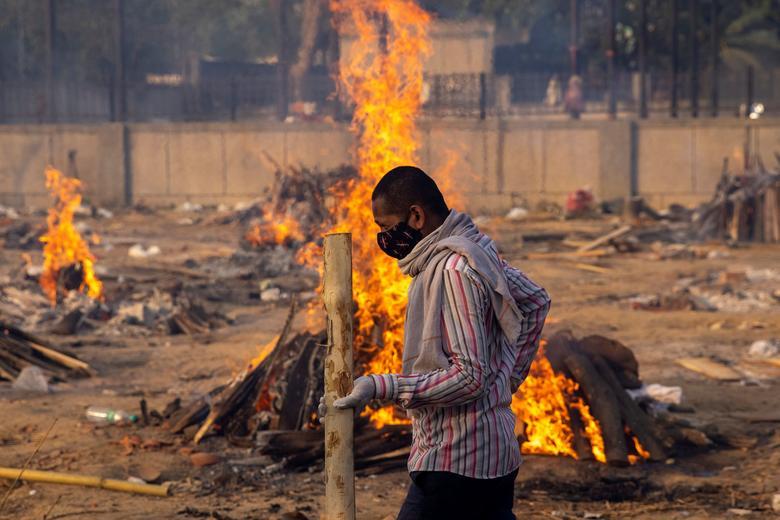 Hình ảnh nhói lòng trong những lò hoả táng bệnh nhân Covid-19 không ngừng rực lửa ở Ấn Độ, số bệnh nhân tăng cao kỷ lục,  - Ảnh 7.