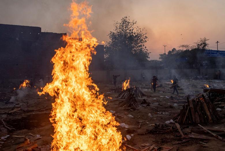 Hình ảnh nhói lòng trong những lò hoả táng bệnh nhân Covid-19 không ngừng rực lửa ở Ấn Độ, số bệnh nhân tăng cao kỷ lục,  - Ảnh 8.