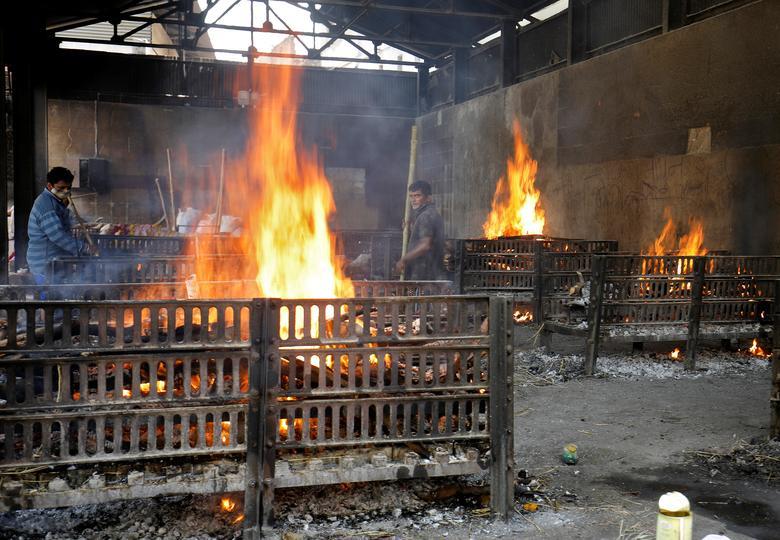Hình ảnh nhói lòng trong những lò hoả táng bệnh nhân Covid-19 không ngừng rực lửa ở Ấn Độ, số bệnh nhân tăng cao kỷ lục,  - Ảnh 9.