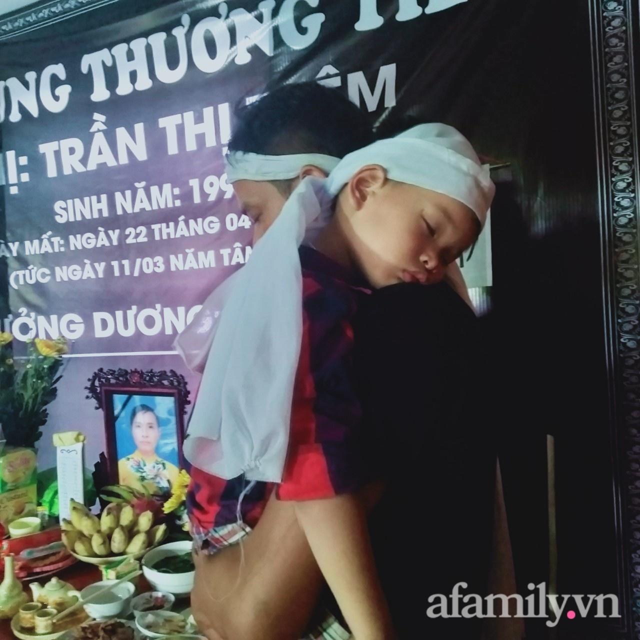 Vụ vợ chết, chồng bị thương vì bị xe tải tông khi đang dừng đèn đỏ: Tiếng khóc xé lòng đòi mẹ của 4 đứa trẻ thơ - Ảnh 5.