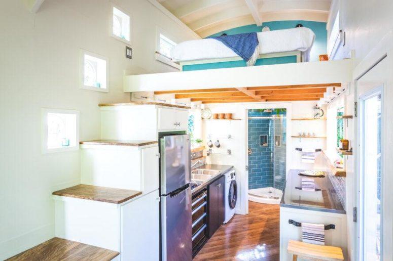 Căn nhà màu xanh siêu nhỏ ẩn chứa cả thế giới bên trong - Ảnh 3.