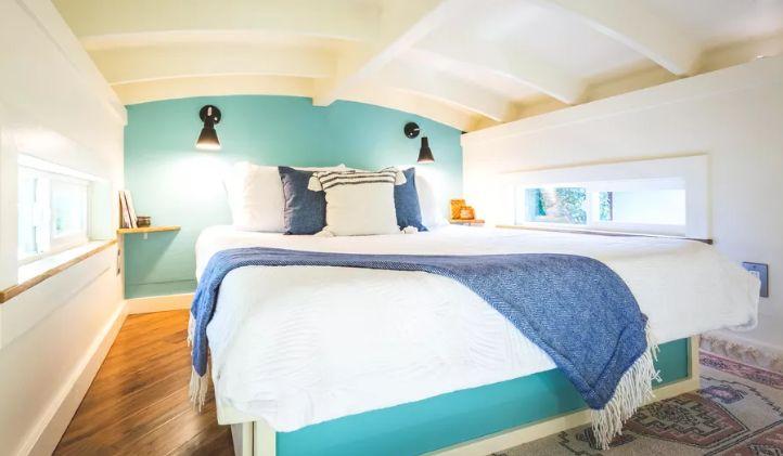 Căn nhà màu xanh siêu nhỏ ẩn chứa cả thế giới bên trong - Ảnh 4.