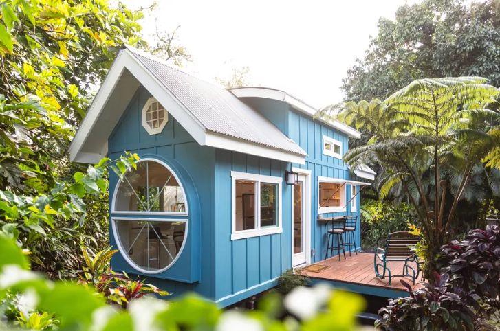 Căn nhà màu xanh siêu nhỏ ẩn chứa cả thế giới bên trong - Ảnh 1.
