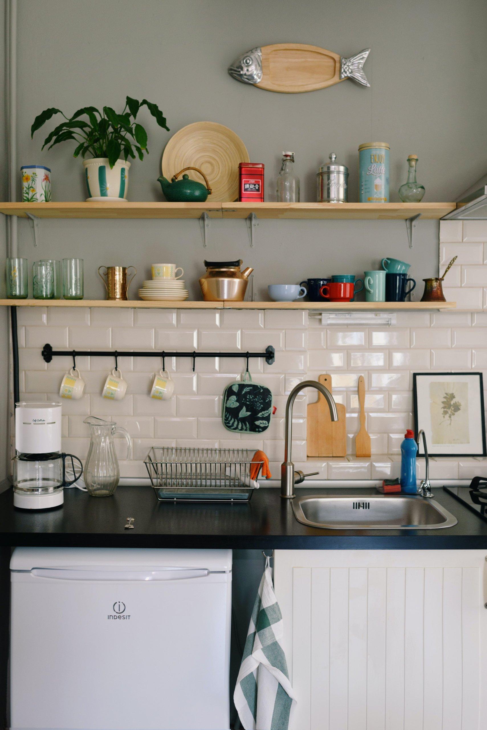 Căn bếp cá tính và cuốn hút nhờ decor tường ấn tượng - Ảnh 2.