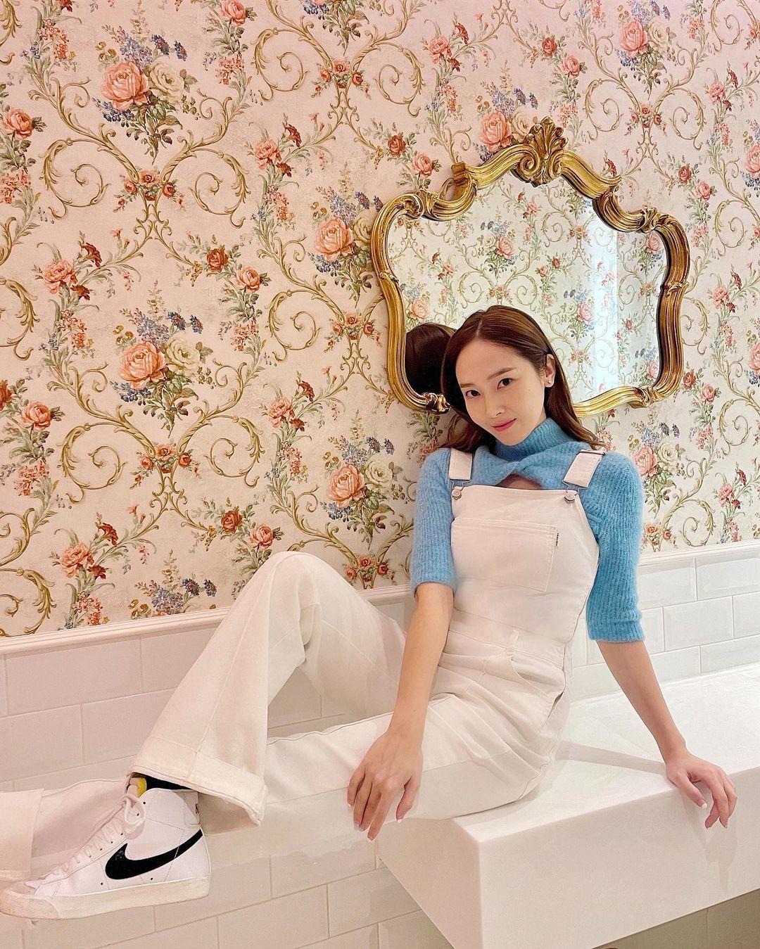 Stylist của Twice xuất sắc bất ngờ, có màn biến tấu cực đỉnh khi Dahyun diện kiểu áo na ná Jessica - Ảnh 1.