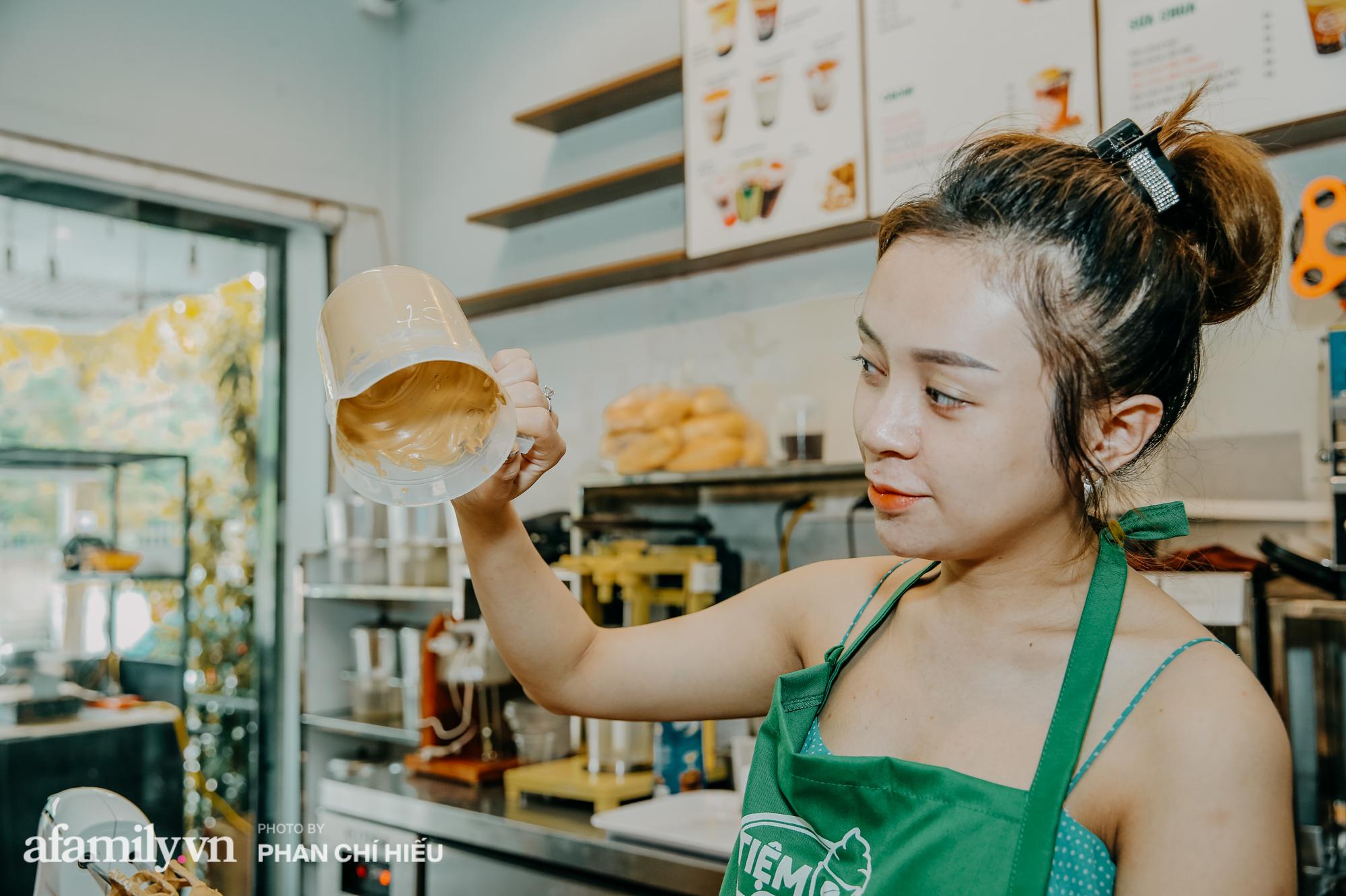 """Cà phê bọt Long Lý làm phụ nữ """"mê mẩn"""" tại chợ Vinh bất ngờ ra Hà Nội, được """"đệ tử ruột"""" chú Long pha chế nhìn cá cũng cầu kỳ gớm ghê - Ảnh 1."""