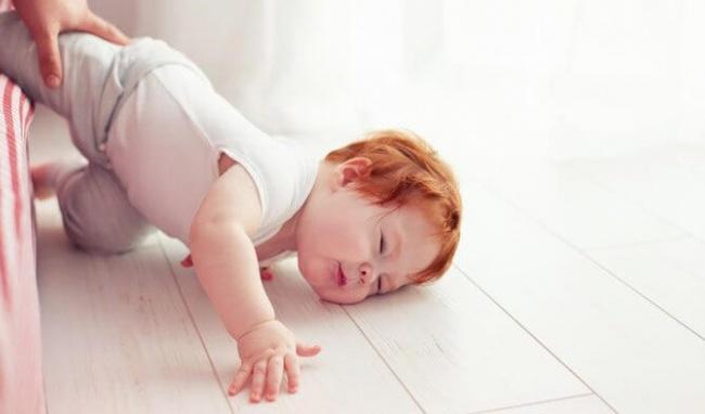 """""""Thắt ruột"""" xem clip bé sơ sinh bị ngã từ trên giường xuống đất, nhưng bố mẹ đừng vì thương con quá mà mắc sai lầm nguy hiểm - Ảnh 2."""