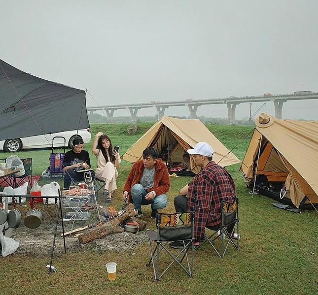 Hội chị em phát sốt vì loạt ảnh cắm trại đẹp lung linh của gia đình hot mom Ngọc Mon, ai cũng bất ngờ vì địa điểm ven sông ngay giữa lòng Hà Nội - Ảnh 4.