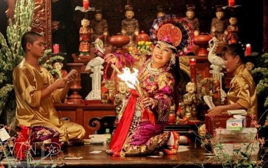 Nghi lễ hầu đồng là gì và độc đáo như thế nào mà được UNESCO công nhận là Di sản văn hóa phi vật thể đại diện của Nhân loại? - Ảnh 3.
