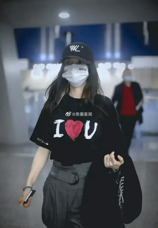 """Đập tan tin đồn ly hôn, Angela Baby - Huỳnh Hiểu Minh khiến antifan phải """"câm nín"""" khi liên tục diện đồ đôi khoe tình cảm - Ảnh 1."""