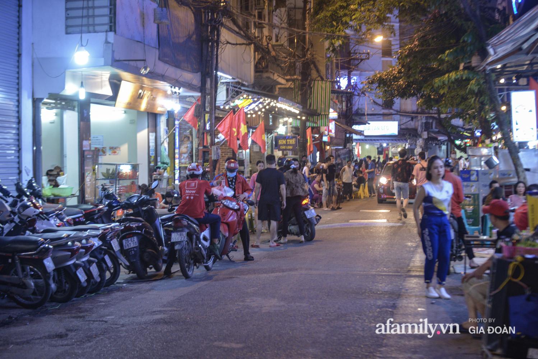 Phố Tạ Hiện tấp nập đón khách tới nửa đêm, rất nhiều người thờ ơ với việc đeo khẩu trang - Ảnh 2.
