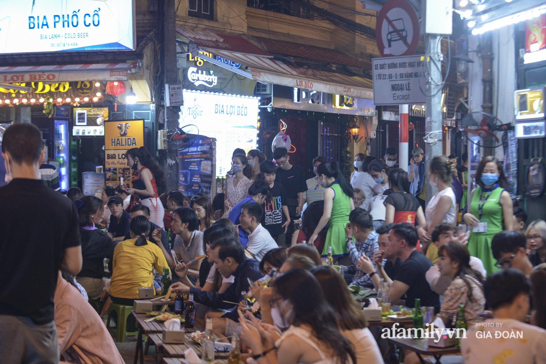 Phố Tạ Hiện tấp nập đón khách tới nửa đêm, rất nhiều người thờ ơ với việc đeo khẩu trang - Ảnh 15.