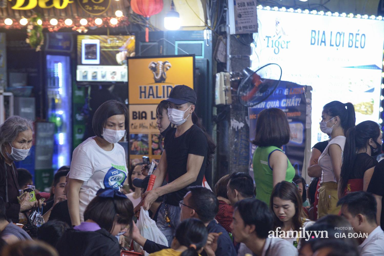 Phố Tạ Hiện tấp nập đón khách tới nửa đêm, rất nhiều người thờ ơ với việc đeo khẩu trang - Ảnh 9.