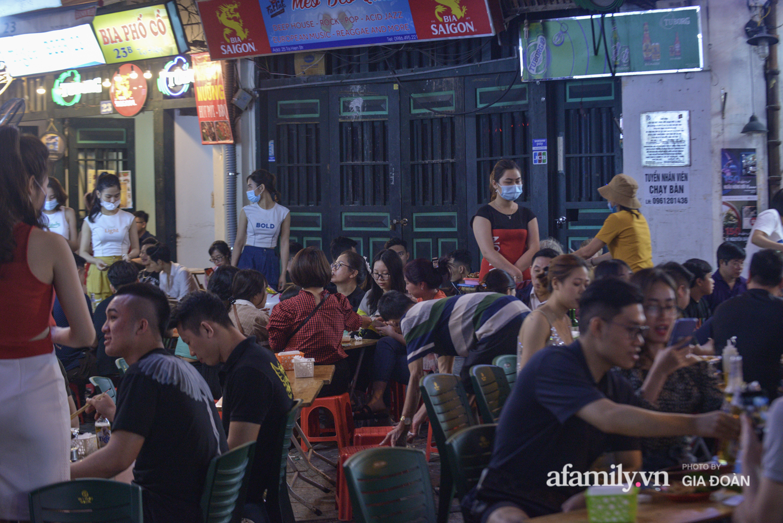 Phố Tạ Hiện tấp nập đón khách tới nửa đêm, rất nhiều người thờ ơ với việc đeo khẩu trang - Ảnh 8.