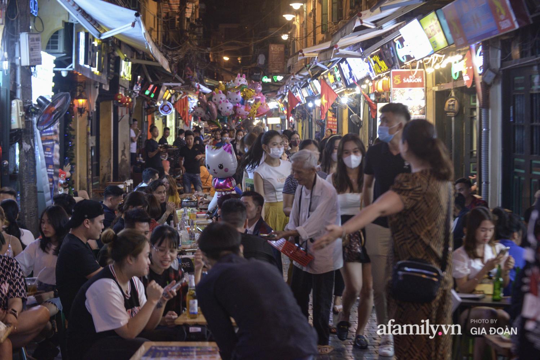 Phố Tạ Hiện tấp nập đón khách tới nửa đêm, rất nhiều người thờ ơ với việc đeo khẩu trang - Ảnh 13.