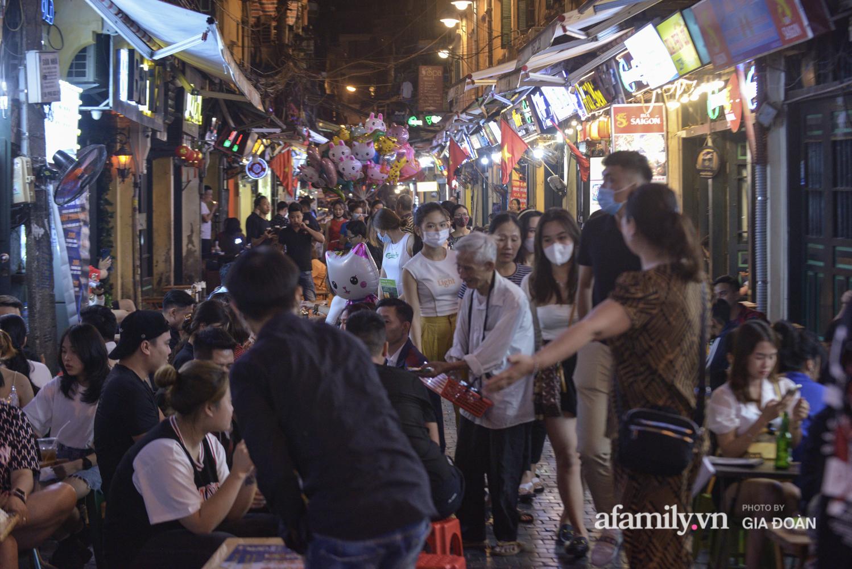 Phố Tạ Hiện tấp nập đón khách tới nửa đêm, rất nhiều người thờ ơ với việc đeo khẩu trang - Ảnh 16.