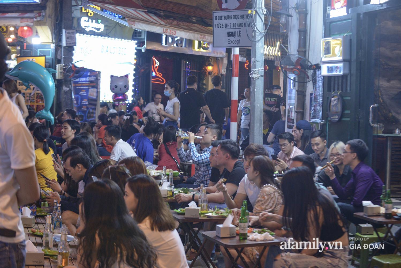 Phố Tạ Hiện tấp nập đón khách tới nửa đêm, rất nhiều người thờ ơ với việc đeo khẩu trang - Ảnh 10.