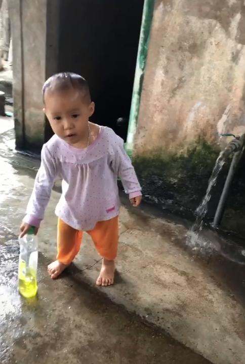 """Bé gái tự nhúng đầu vào vòi nước, còn đòi lấy nước rửa bát gội đầu khiến phụ huynh """"mếu máo"""" không nói nên lời - Ảnh 4."""