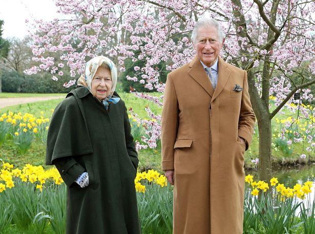 Nữ hoàng Anh xuất hiện rạng rỡ cùng Thái tử Charles trong bộ ảnh mới nhân ngày Lễ Phục Sinh, chứa chi tiết đầy thâm sâu nhắc nhở nhà Meghan Markle - Ảnh 1.