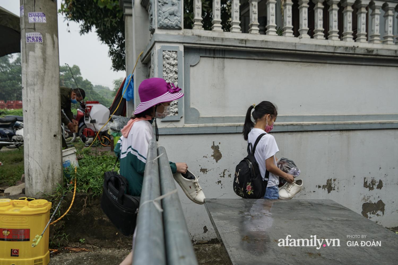 Hà Nội: Phong tỏa con ngõ nơi bệnh nhân dương tính với SARS-CoV-2 ở Đông Anh, nhiều người dân tự nguyện trở về nhà thực hiện cách ly tập trung - Ảnh 11.