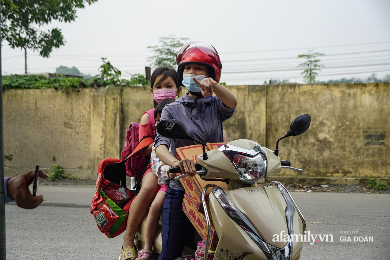 Hà Nội: Phong tỏa con ngõ nơi bệnh nhân dương tính với SARS-CoV-2 ở Đông Anh, nhiều người dân tự nguyện trở về nhà thực hiện cách ly tập trung - Ảnh 10.