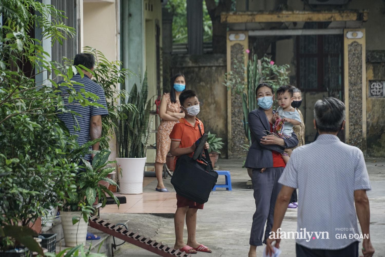 Hà Nội: Phong tỏa con ngõ nơi bệnh nhân dương tính với SARS-CoV-2 ở Đông Anh, nhiều người dân tự nguyện trở về nhà thực hiện cách ly tập trung - Ảnh 17.