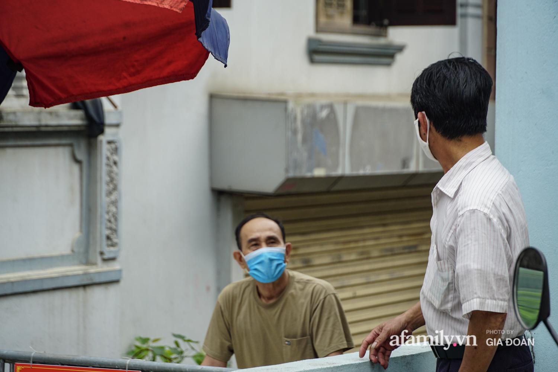 Hà Nội: Phong tỏa con ngõ nơi bệnh nhân dương tính với SARS-CoV-2 ở Đông Anh, nhiều người dân tự nguyện trở về nhà thực hiện cách ly tập trung - Ảnh 18.