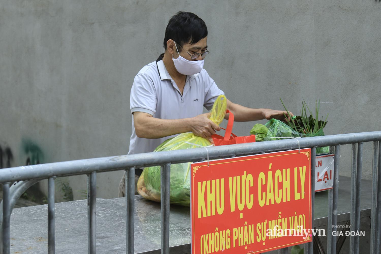 Hà Nội: Phong tỏa con ngõ nơi bệnh nhân dương tính với SARS-CoV-2 ở Đông Anh, nhiều người dân tự nguyện trở về nhà thực hiện cách ly tập trung - Ảnh 20.