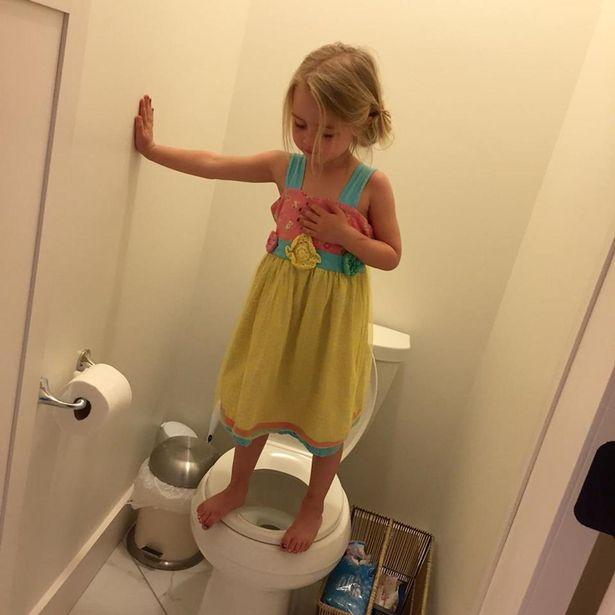 Chụp ảnh con gái đứng trên bồn cầu vì quá đáng yêu, mẹ xúc động mạnh khi nghe đứa trẻ giải thích về hành động ấy - Ảnh 1.