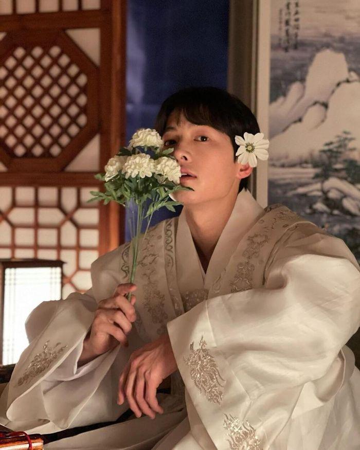 5 tạo hình khiến diễn viên Hàn muốn chôn sống: Makeup thảm họa của Song Joong Ki chưa sốc bằng trùm cuối - Ảnh 4.