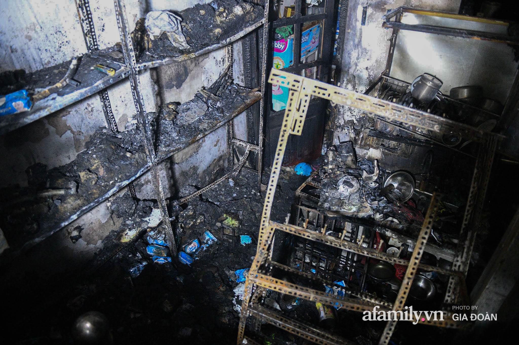 Hiện trường ám ảnh bên trong ngôi nhà bị cháy khiến 4 người trong cùng một gia đình tử vong ở Hà Nội - Ảnh 2.
