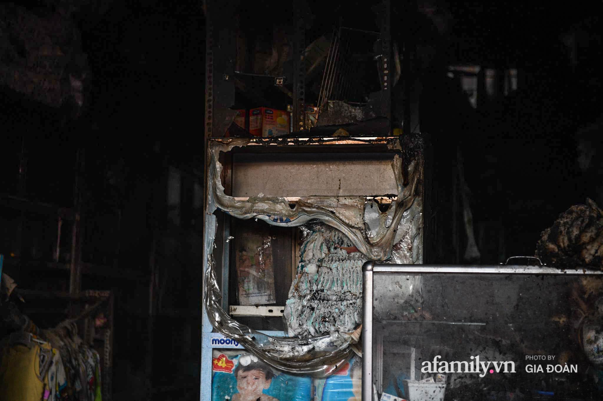 Hiện trường ám ảnh bên trong ngôi nhà bị cháy khiến 4 người trong cùng một gia đình tử vong ở Hà Nội - Ảnh 3.